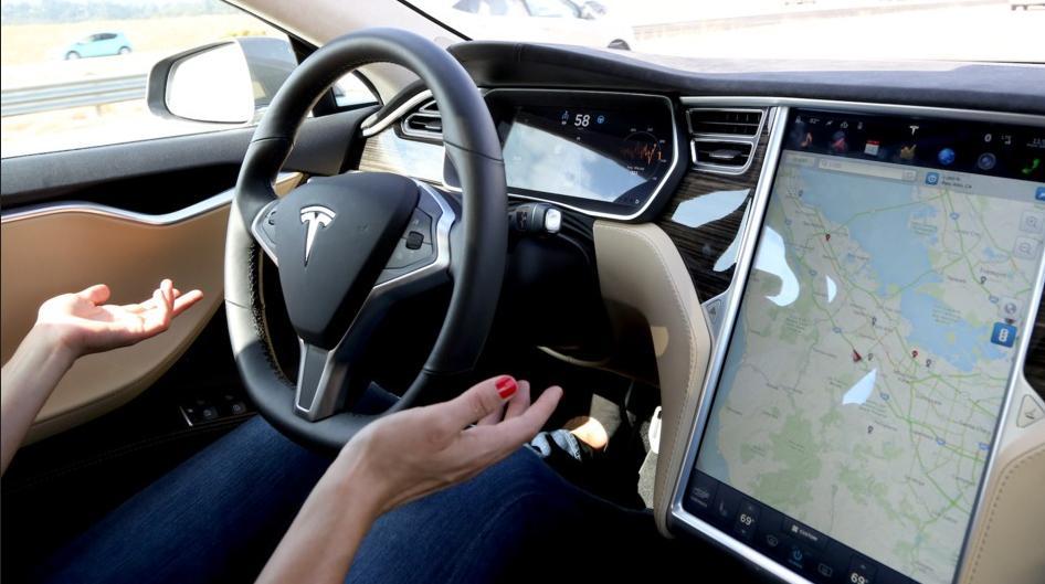 Le mode Autopilot dans une voiture électrique de Tesla Motors