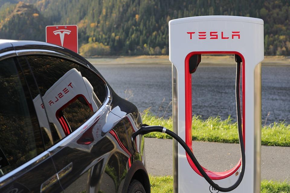 Une Tesla en charge