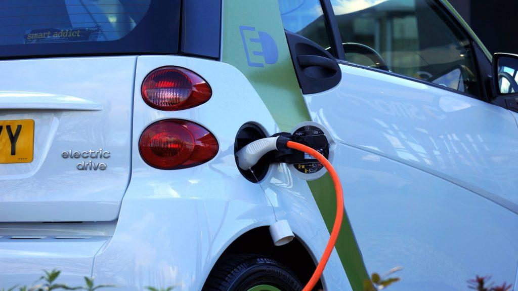Une voiture électrique en charge
