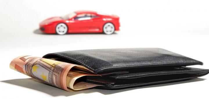 Un portefeuille et une voiture